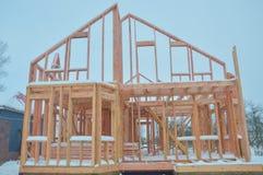 La construcción de la casa de madera del marco en invierno Foto de archivo libre de regalías