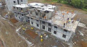 La construcción de edificios en Panamá rodeó los árboles y trabajando de los constructores Imagen de archivo libre de regalías