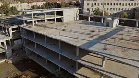 La construcción de eso está siendo construida, concreta y está pegando el emplazamiento de la obra comercial de las colocaciones almacen de video