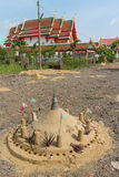 La construcción de la pila de la arena con el fondo del templo Imagen de archivo libre de regalías