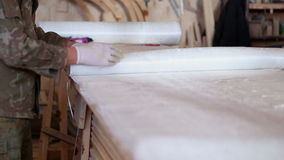 La construcción de los barcos en el astillero, carpinteros trabaja con fibra de vidrio almacen de metraje de vídeo