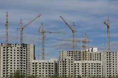 La construcción de los edificios residenciales de gran altura residenciales Imágenes de archivo libres de regalías