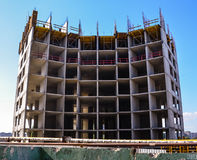La construcción de un edificio de varios pisos Foto de archivo