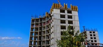 La construcción de un edificio de varios pisos Foto de archivo libre de regalías