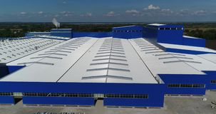 La construcción de un edificio o de una fábrica moderno de la producción, el exterior de una instalación de producción moderna gr almacen de video