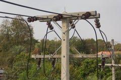 La construcción del cable de los posts de la electricidad Foto de archivo