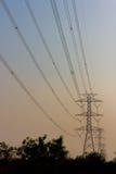 La construcción del cable de los posts de la electricidad Imagen de archivo