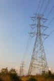 La construcción del cable de los posts de la electricidad Fotografía de archivo libre de regalías