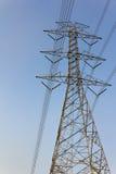La construcción del cable de los posts de la electricidad Fotos de archivo libres de regalías