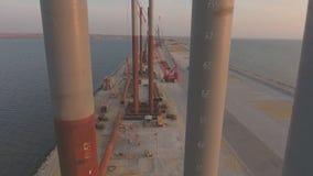 La construcción del puente crimeo, el centro del emplazamiento de la obra maquinaria del edificio y materiales de construcción metrajes