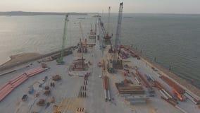 La construcción del puente crimeo, el centro del emplazamiento de la obra maquinaria del edificio y materiales de construcción almacen de video