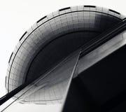 La construcción destaca sus superficies variables, líneas geométricas y curvas Imagen de archivo libre de regalías