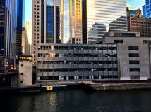 La construcción en un edificio derriba a lo largo del río Chicago Imagen de archivo libre de regalías