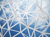 la construction 3d de câble avec les triangles chaotiques forment sur le ciel bleu Images stock