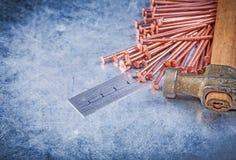 La construction d'en cuivre de marteau de griffe de vintage cloue la règle en métal sur réuni Photo stock