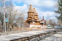La construction de l'église en bois dans le vieux style russe Rzhev, région de Tver Images stock