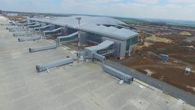 La construction de l'aéroport avec la piste La vue aérienne de la piste d'aéroport deviennent un chantier de construction les tra Photographie stock libre de droits