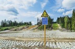 La construction de la canalisation dans la forêt des Monts Oural Images libres de droits