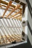 La construction de la maison thermo La construction de la maison thermo Bâtiment à pans de bois en bois Construction en bois de t photo stock