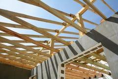 La construction de la maison thermo La construction de la maison thermo Bâtiment à pans de bois en bois Construction en bois de t image stock