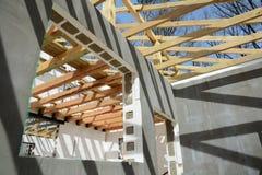 La construction de la maison thermo La construction de la maison thermo Bâtiment à pans de bois en bois Construction en bois de t photos stock