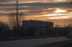 La construction de logements de coucher du soleil est brique, propriété de paysage de ciel belle Photographie stock libre de droits