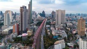 La construction de routes du trafic de vue aérienne dans la ville de Bangkok au ciel bleu, bourdonnent dans le trafic Thaïlande d