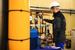La construction du personnel ajuste les paramètres du capteur numérique de pression à l'ensemble industriel images libres de droits
