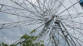 La construction en métal de la grande roue tourne banque de vidéos