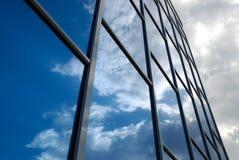 La construction reflète le ciel Image stock