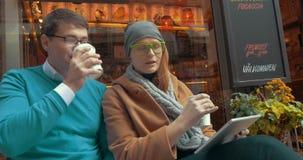 La consumición joven de los amigos Café-A-va al aire libre almacen de video