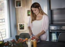 La consumici?n sana durante embarazo es cr?tica al crecimiento de su beb? imágenes de archivo libres de regalías
