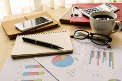 La contabilidad financiera del negocio de la oficina del escritorio calcula Imágenes de archivo libres de regalías