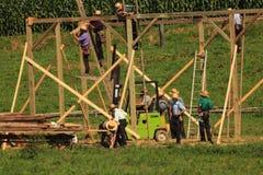 La contea di Lancaster Amish che costruisce un granaio Immagini Stock Libere da Diritti