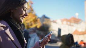 La conversación alegre de la conclusión de la muchacha con el amigo en el teléfono, permanece en contacto concepto almacen de video