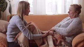 La conversación entre la nieta y su abuela almacen de video