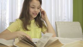 La conversación telefónica distrae a la muchacha del adolescente mientras que hace su preparación Fotos de archivo