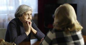 La conversation de deux femmes d'aînés banque de vidéos