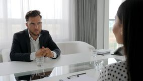 La conversation du type malheureux et du psychologue s'asseyant à la table, homme dans déprimé parle des problèmes avec la femme, banque de vidéos