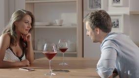 La conversation en café entre la femme et l'homme sexy, les gens se repose à la table, aux verres de prise de vin dans leurs main banque de vidéos