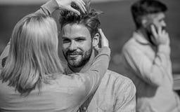La conversation face à face favorise le concept Partners heureux de se voir Caresse heureuse de couples tandis que temps d'homme  image stock