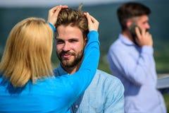 La conversation face à face favorise le concept Partners heureux de se voir Flirt heureux de couples tandis que temps d'homme Photographie stock libre de droits