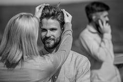 La conversation face à face favorise le concept Partners heureux de se voir Flirt heureux de couples tandis que temps d'homme images libres de droits