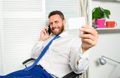 La conversation téléphonique réussie d'homme d'affaires d'homme demandent le service Le type barbu d'homme d'affaires reposent le photographie stock libre de droits