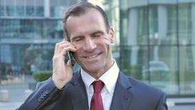 La conversazione del telefono, mezzo ha invecchiato l'uomo d'affari Attending Call video d archivio