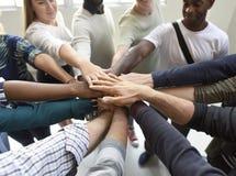 La coopération de travail d'équipe de personnes de jeune entreprise remet ensemble photos stock