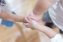 La coordination de main des enfants pour montrer leur unité photographie stock
