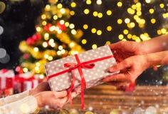 La coordonnée de l'homme de womanand remet tenir le cadeau de Noël Photo libre de droits