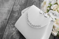 La coordonnée de plan rapproché des jeunes mariées mettent en sac, les anneaux de mariage et le bouquet nuptiale o Photo libre de droits
