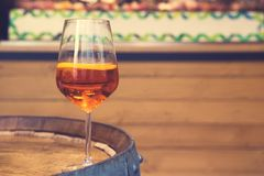 La copa de vino con aperol del cóctel spritz imagenes de archivo